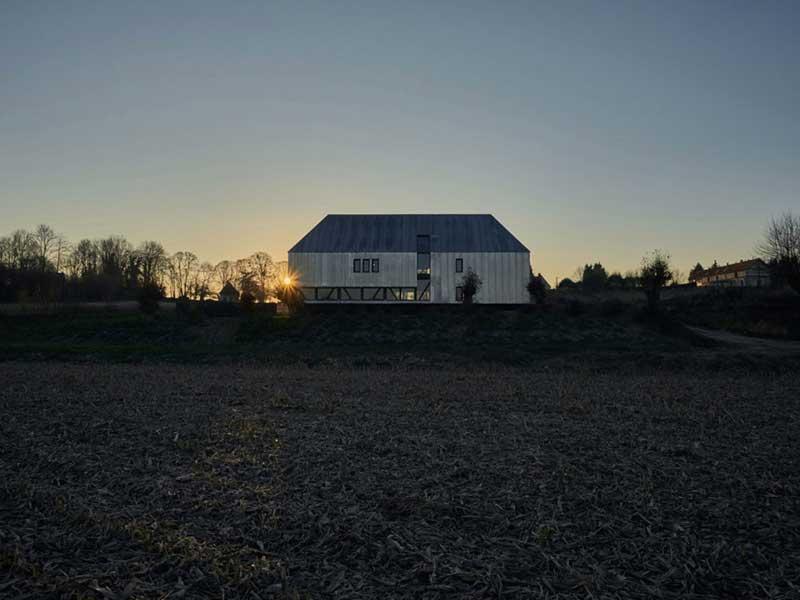 استودیوی معماری پاریسی زیگلر یک انبار متروکه را به یک منزل شخصی تبدیل می کند